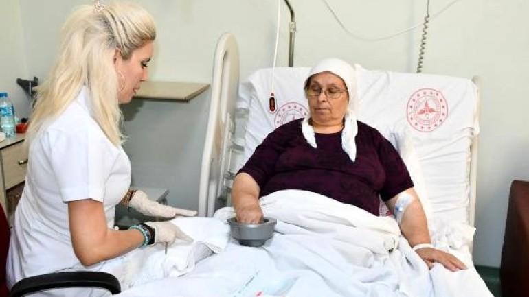 Devlet hastanesinde hastalara kişisel bakım