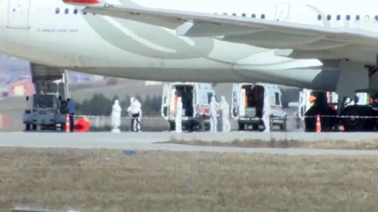 Son dakika: Koronavirüs şüphesiyle Ankara Esenboğa'ya iniş yapan Tahran-İstanbul yolcu uçağından ilk görüntüler geldi